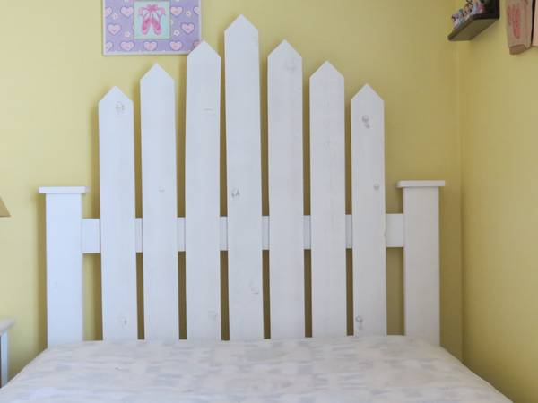 Picket Fence Twin Headboard with Bedding - $150 (Bakersfield, CA)