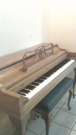 EVERETT PIANO good looking good sounding  - $495 (spring Valley )