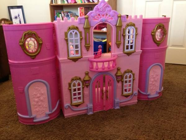 PERFECT birthday present Disney Princess Castle playhouse with Dolls - $100 (North Indio)