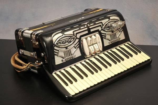 VINTAGE 1960s INTERNATIONAL CENTRO MATIC  LIRA ACCORDION - MODEL 20 - $450 (PHOENIX)