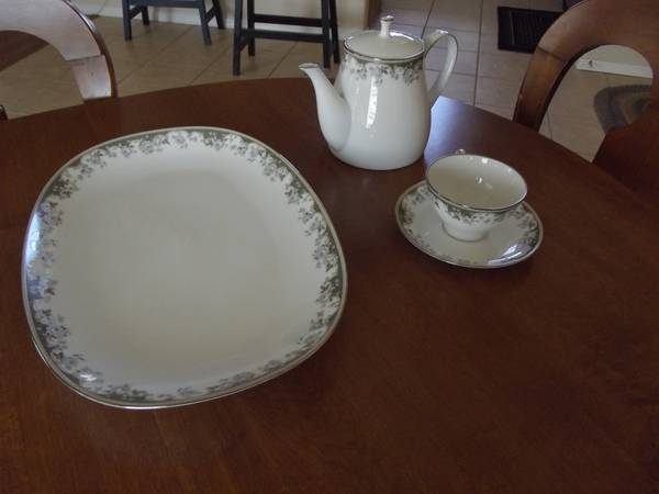 Beautiful Contemporary Fine China by Noritake, Fellicia Pattern  - $75 (Chino Valley)