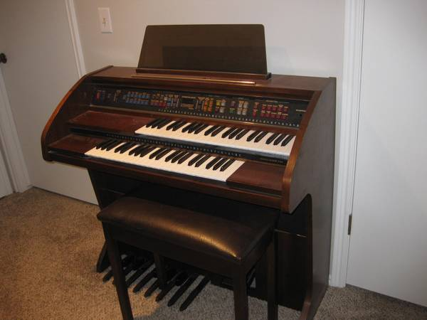 Antique Lowrey Pageant Organ - $900 (Orem )