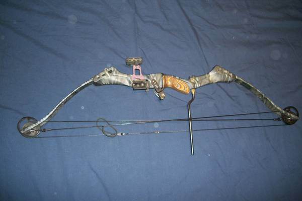 .... Browning Ballistic Mirage compound bow and Arrows look - $1 (Reno)
