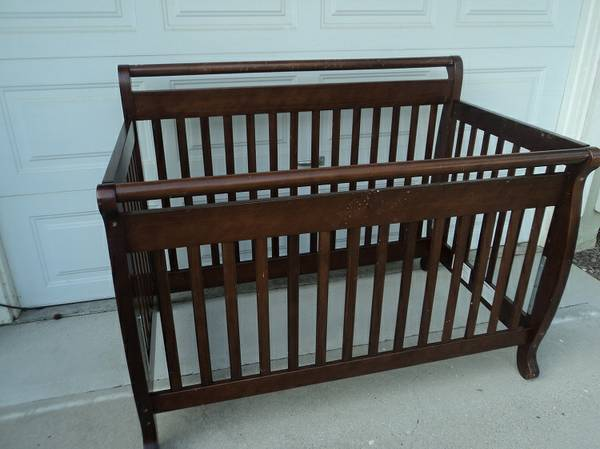 CribBed and matching Changing Table - Million Dollar Baby - $200 (Goleta)