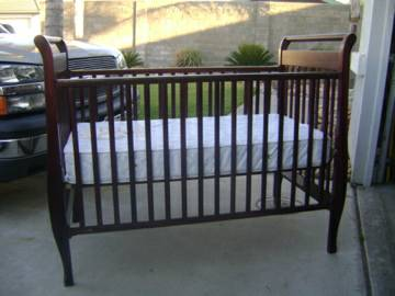 BEAUTIFUL DARK CHERRY WOOD CRIB WITH MATTRESS - $150 (MANTECA)